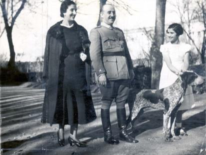 PKT3189-223545 1937 A picture of General Franco, leader of Spain, taken at the leaders strongly guarded Villa Muguire in which he lives at Burgos. Here he is seen with his wife and daughter.