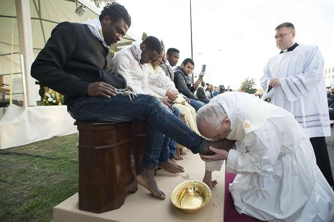 pope_francis_washes_the_feet_of_migrants_and_refugees_during_holy_thursday_mass_march_24_2016_credit_losservatore_romano_cna