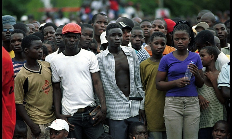 Crowds-in-Mozambique-012